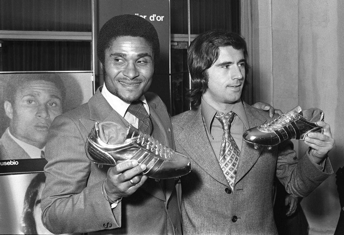 Eusébio ao lado do alemão Gerd Mueller, exibindo a bota de ouro, símbolo de melhor marcador na Europa